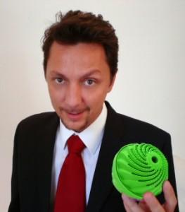 Marco Camisani Calzolari con la BioWashBall in mano