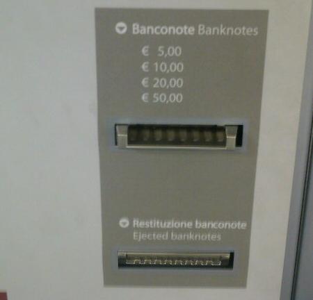 Fessura per inserire banconote da 5, 10, 20 e 50 euro