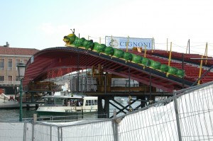 bruco-mela attraversa il ponte di calatrava